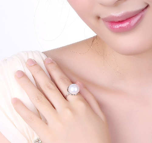How To Shop For and Select The Perfect Pearl Ring For That Special Someone